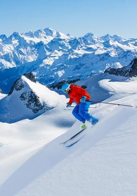 persone che sciano sulla neve a canazei