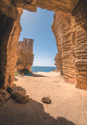 spiaggia nella grotta a favignana