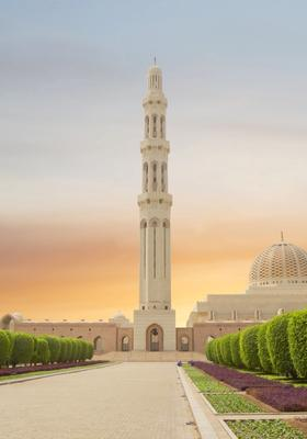 Vista della grande moschea di muscat al tramonto