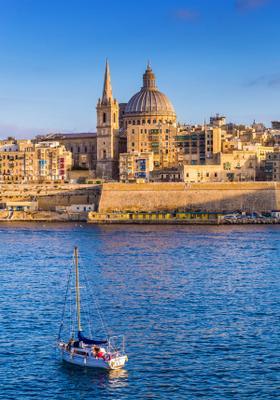 barca nel porto di la valletta malta