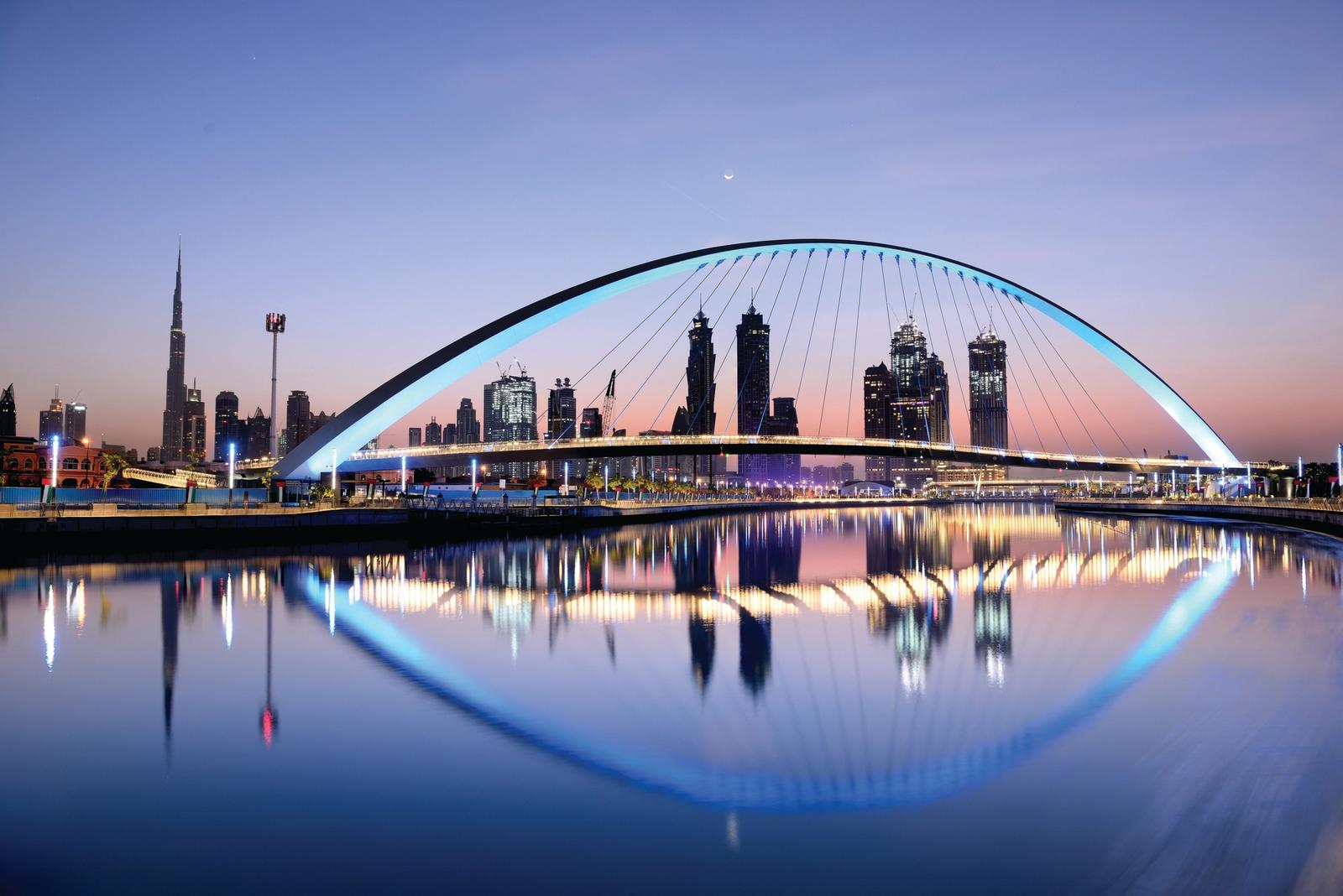 Vista panoramica di notte di Dubai illuminata