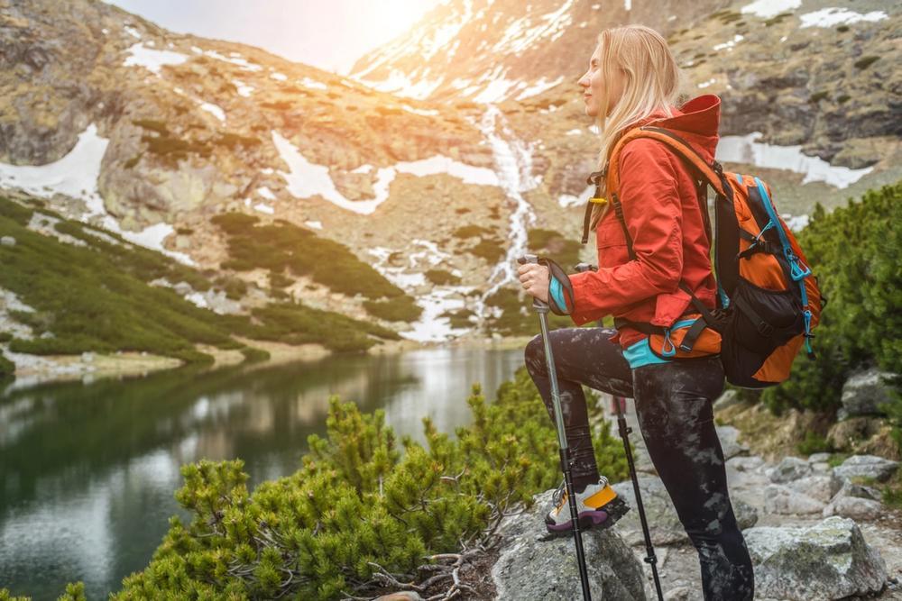 ragazza fa nordic walking in montagna con bacchette