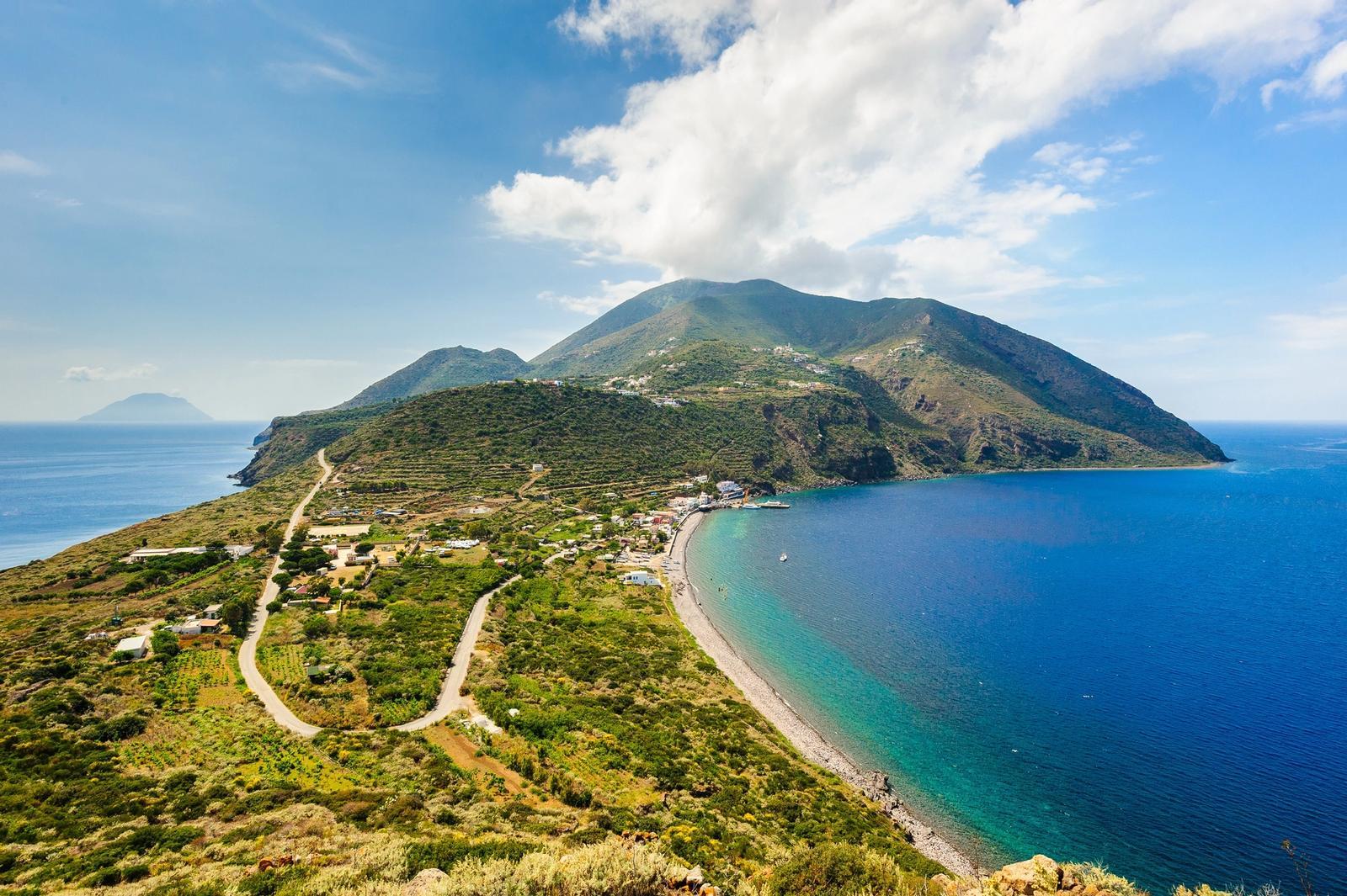 Vista panoramica sul mare delle isole Eolie in Sicilia
