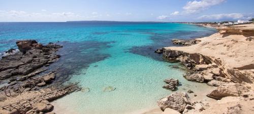 spiaggia con acqua trasparente a formentera