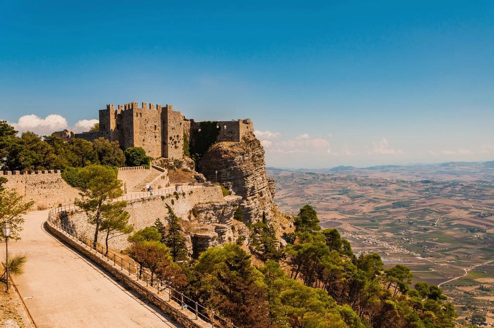 salita al castello di venere a erice in sicilia