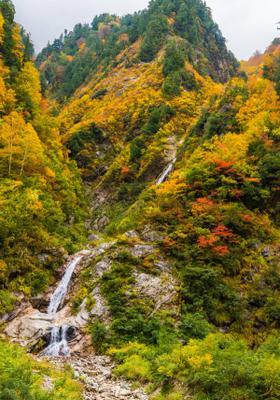 valle di kurobe di autunno