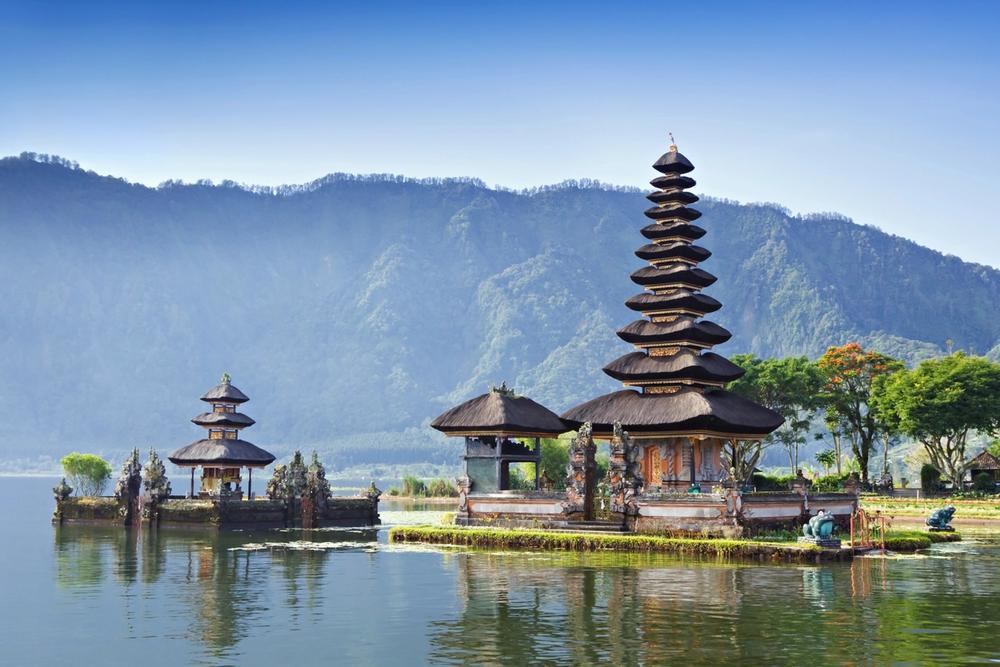 tempio riflesso nel lago bali indonesia