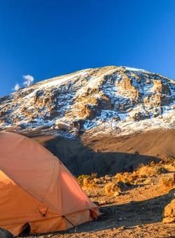 uomo che fa camping sul kilimangiaro