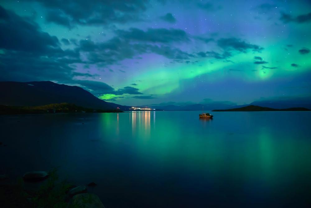 aurora boreale in svezia riflessa nel blue hole