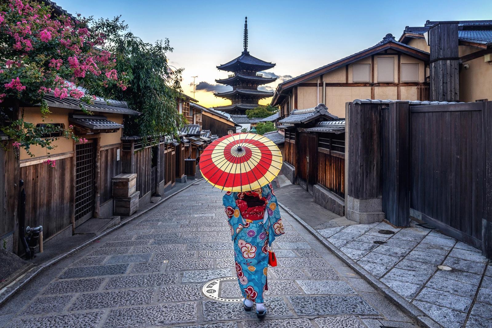donna giapponese con vestiti tradizionali a kyoto