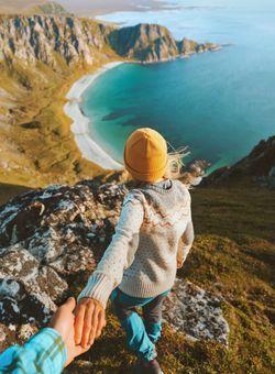 foto di coppia sulla scogliera in norvegia