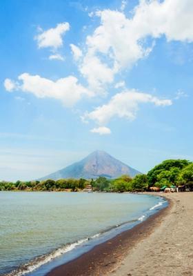 spiaggia e vulcano in nicaragua