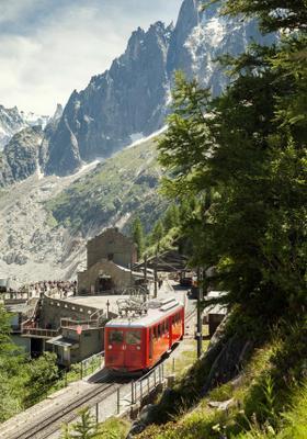 trenino rosso di montenvers sul monte bianco