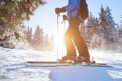 uomo scia al tramonto