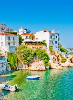 Porto con mare e case colorate di Skiathos in Grecia