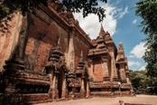 tempio in mattoni rossi di bagan