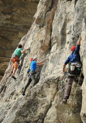 arrampicata sportiva di gruppo su roccia sicilia