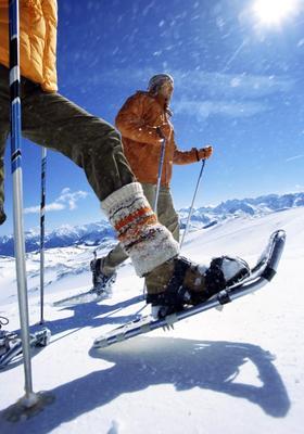 persone che camminano sulla neve con le ciaspole