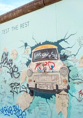 famoso graffito auto del muro di berlino