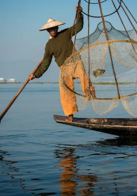 pescatore su una gamba sola sul lago inle