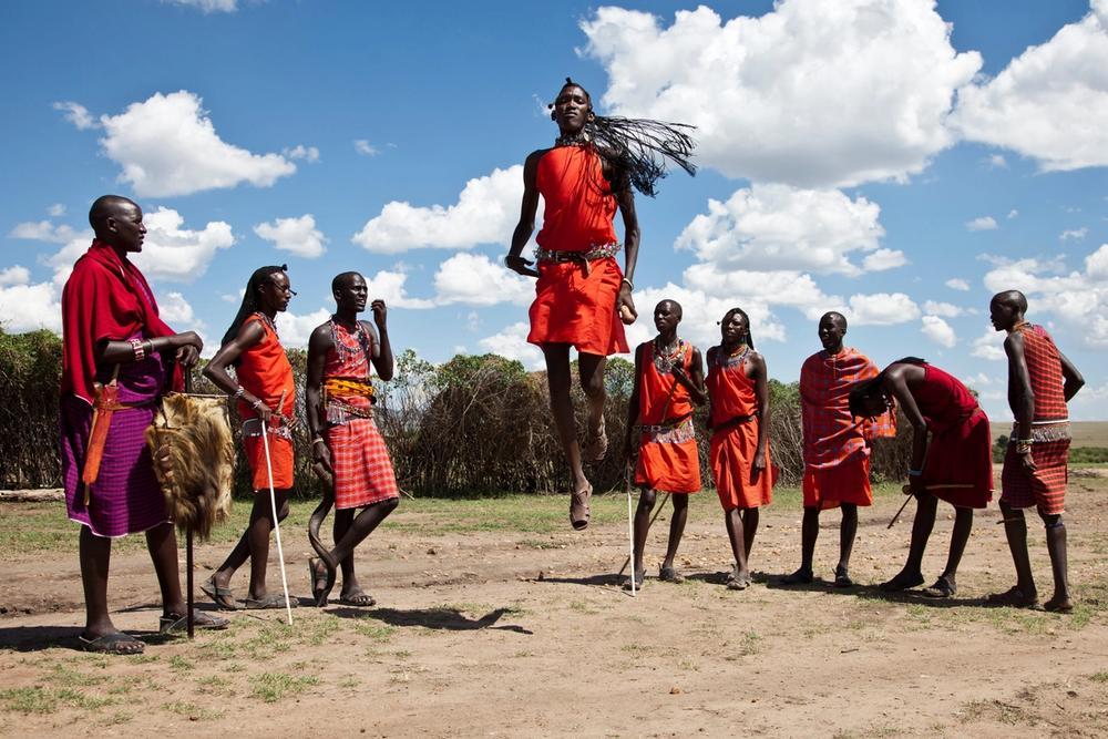 guerrieri della tribu masai compiono l adamu