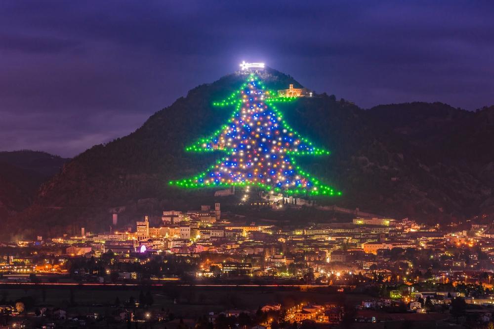 albero di natale di gubbio illuminato