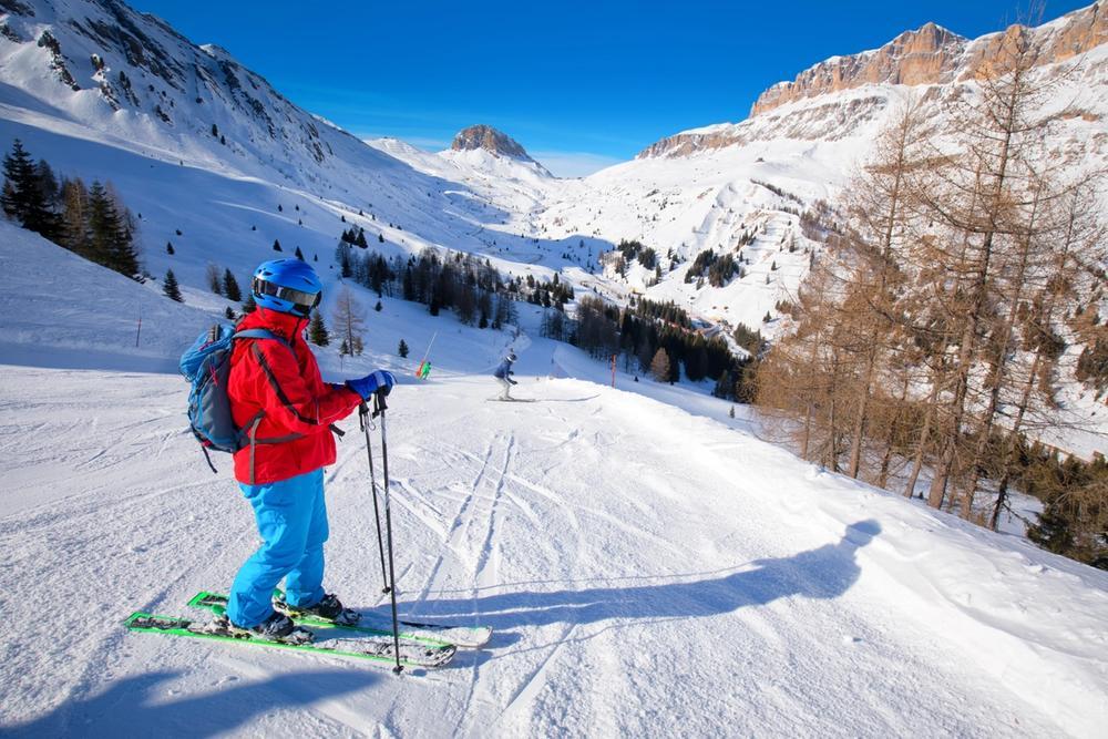 persona scia sulle dolomiti in inverno