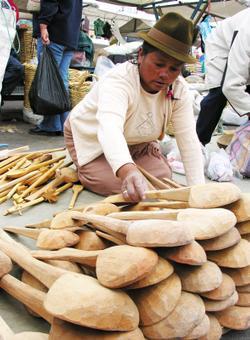 donna al mercato di cotopaxi in ecuador