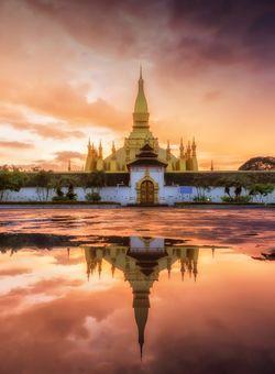 tempio in laos al tramonto