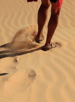 camminare nel deserto del sahara