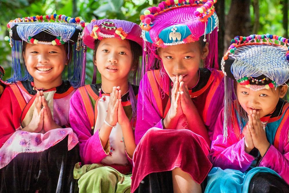 bambine praticano il tipico saluto wai in thailandia
