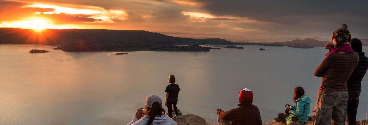 Ragazzi che guardano il tramondo sul mare