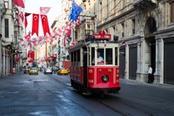 Strada di Instanbul attraversata da un tram