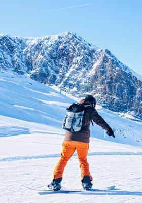 ragazzo che fa snowboard