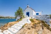 chiesa bianca e blu a leros