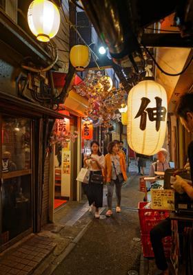locali tipici di sera nella citta di tokyo