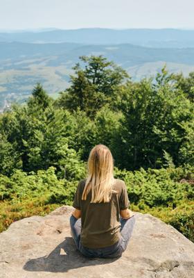 ragazza fa meditazione in montagna