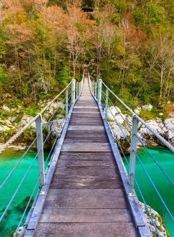 ponte sospeso sulla valle del fiume isonzo in slovenia