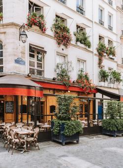tipico cafè di parigi con tavolini all'aperto