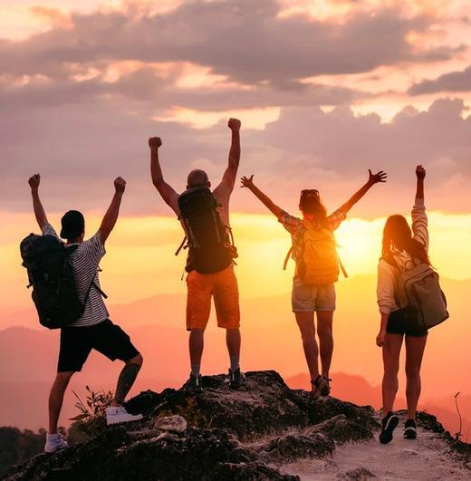 gruppo di viaggiatori zaino in spalla al tramonto