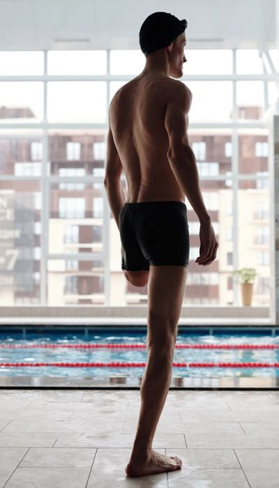 Man with one leg and at a swimming pool