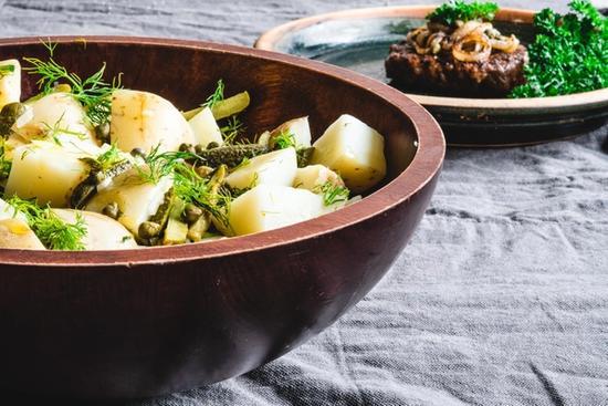 Kartoffelsalat med dild og kapers