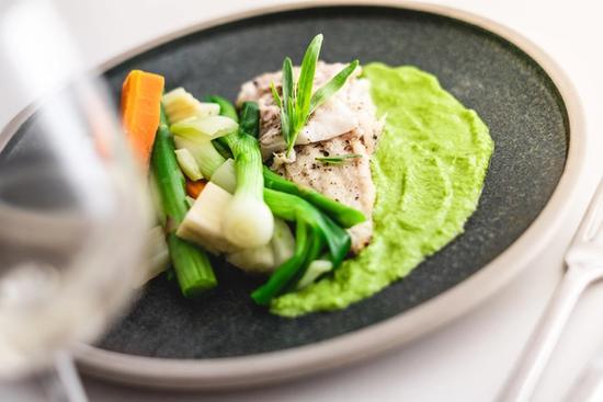 Torsk med glaserede grøntsager og puré af forårsløg og fennikel