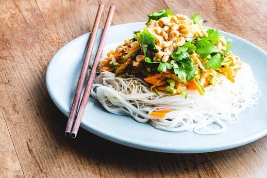 Frisk asiatisk nudelsalat