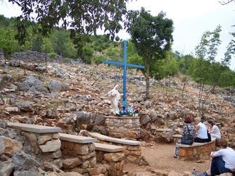 Het later bijgeplaatste Blauw Kruis rechts