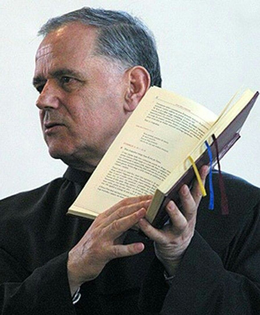 Pater Jozo met Bijbel