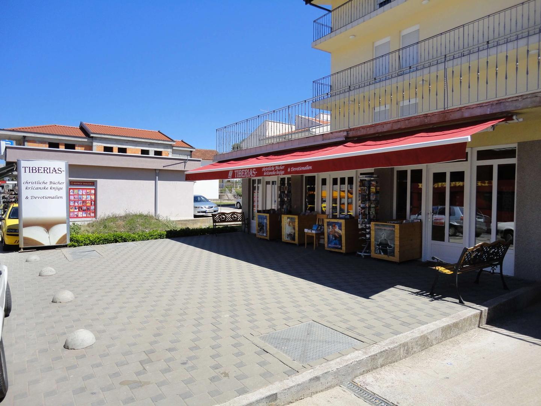 De winkel Tiberias richt zich vooral op Duitse pelgrims maar is toch beslist een kijkje waard