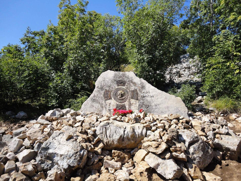 Gedenksteen op de plaats waar P. Slavko stierf