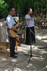 Melinda Dumitrescu en Roland Patzleiner, twee muzikanten van de Figli del Divino Amore