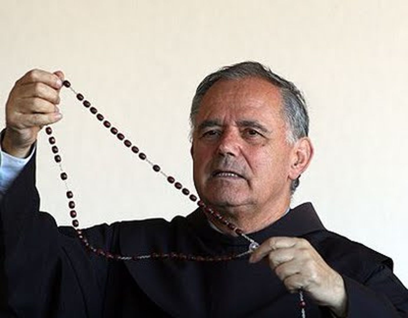 Pater Jozo met rozenkrans
